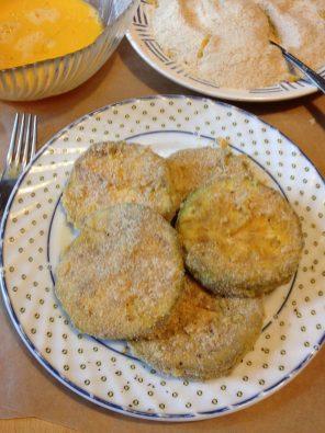 3. Umutiti jaja viljuškom, a brašno i prezle promešati u činiji, ili na tanjiru. Zatim krugove patlidžana prvo uvaljati u umućena jaja, a zatim u mešavinu brašna i prezle.