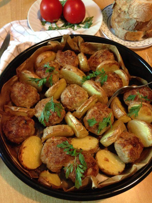 5. Peći oko 1 sat i otprilike na polovini vremena, posle 30 minuta, ćufte pažljivo okrenuti na drugu stranu. Krompir ne treba okretati. Peći sve dok krompir i ćufte lepo ne porumene.