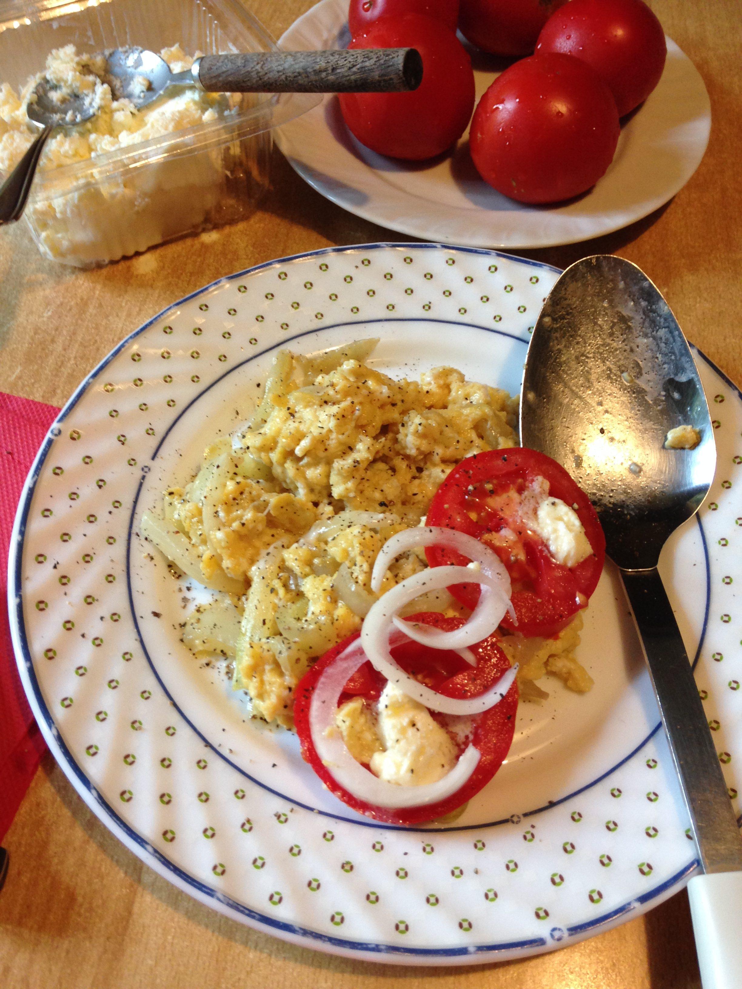 Paprike sa jajima, lukom i kajmakom