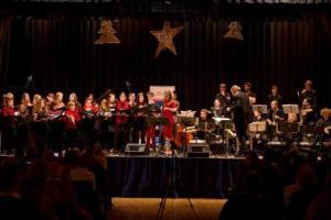 """""""Vienna Big Band Unit"""" und der """"Kinderchor des Performing Center Austria"""" haben uns ein schönes Weihnachtsevent bereitet (Foto: Reza Sarkari)."""