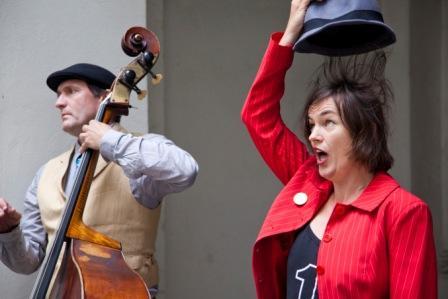 Beim KV15.WIEN stehen am 8. April 2019 Maren Rahmann & Rudi Görnet mit Liedern und Texten von Jura Soyfer auf der Bühne (Foto: Maren Rahmann).