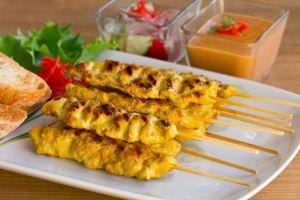 Pollo satay, pinchitos de pollo, cocina tailandesa