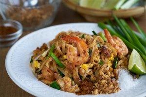 Pad thai, fideos fritos estilo thai, fideos fritos, noodles fritos, cocina tailandesa