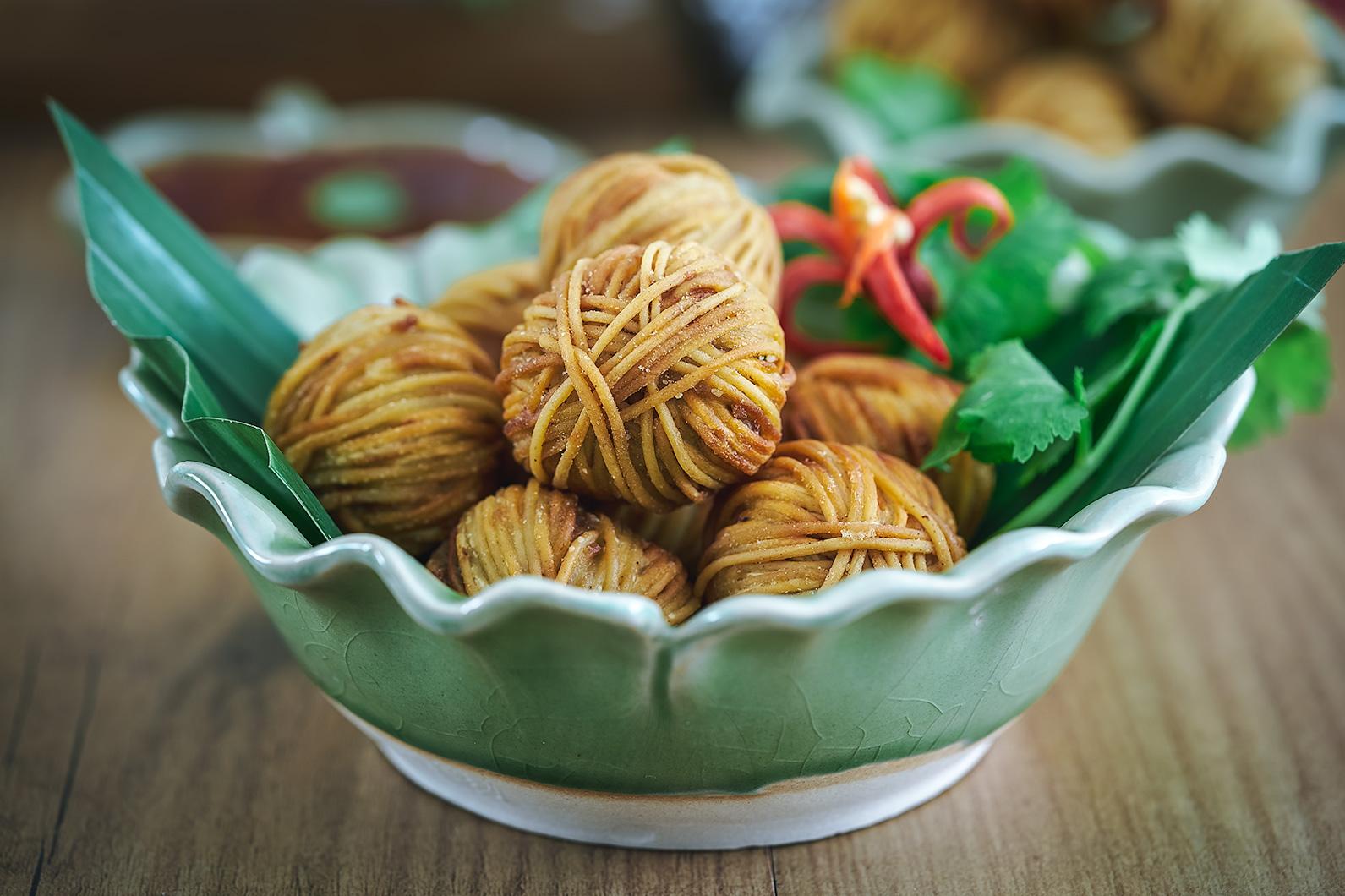 Wonderful Mu Sarong, Aperitivo Tailandés, Aperitivo Thai, Bolitas De Carne Envueltas  En Fideos,. Cocina Tailandesa