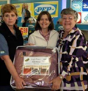 Sue Eva, bestuurderes van Pepstores, saam met Marie Steenekamp en Debbie Viljoen wie die warm winterskenking deur Pepstores namens 'n bejaarde egpaar ontvang.