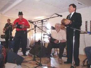 Een van die heel bestes in SA, Nico van Rensburg tydens die Leeupoort-fees. Nico se konsertina is een van min ter wêreld en kos in die omgewing van R90 000. Links op die foto is Paul Roodt, Neels Ackerman Die Wakkerman en Manie Bodenstein.