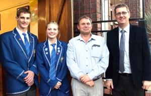 Cornis Swanepoel, Angelique Botha, mnr Gerrie Raubenheimer (Voorsitter Beheerliggaam) en mnr Collin Campbell (Skoolhoof).