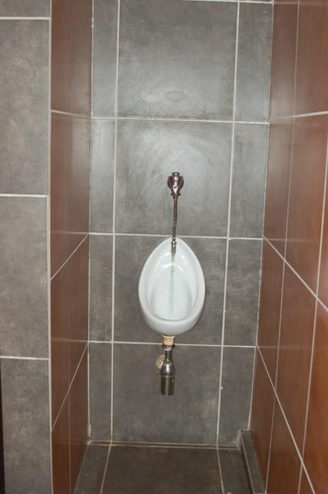 Gebou toilet urinaal bo