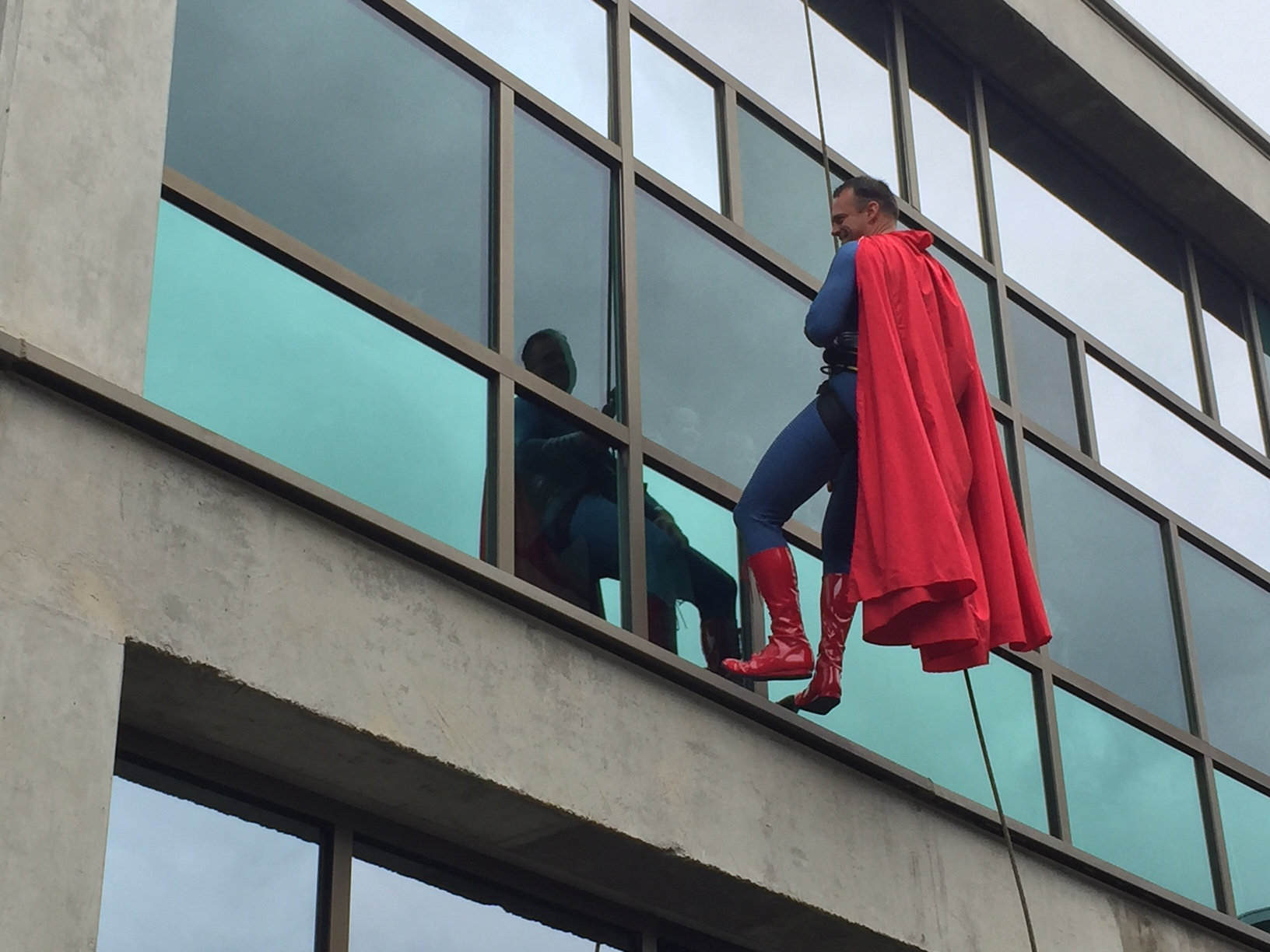 Superman rappeling down a wall_293696