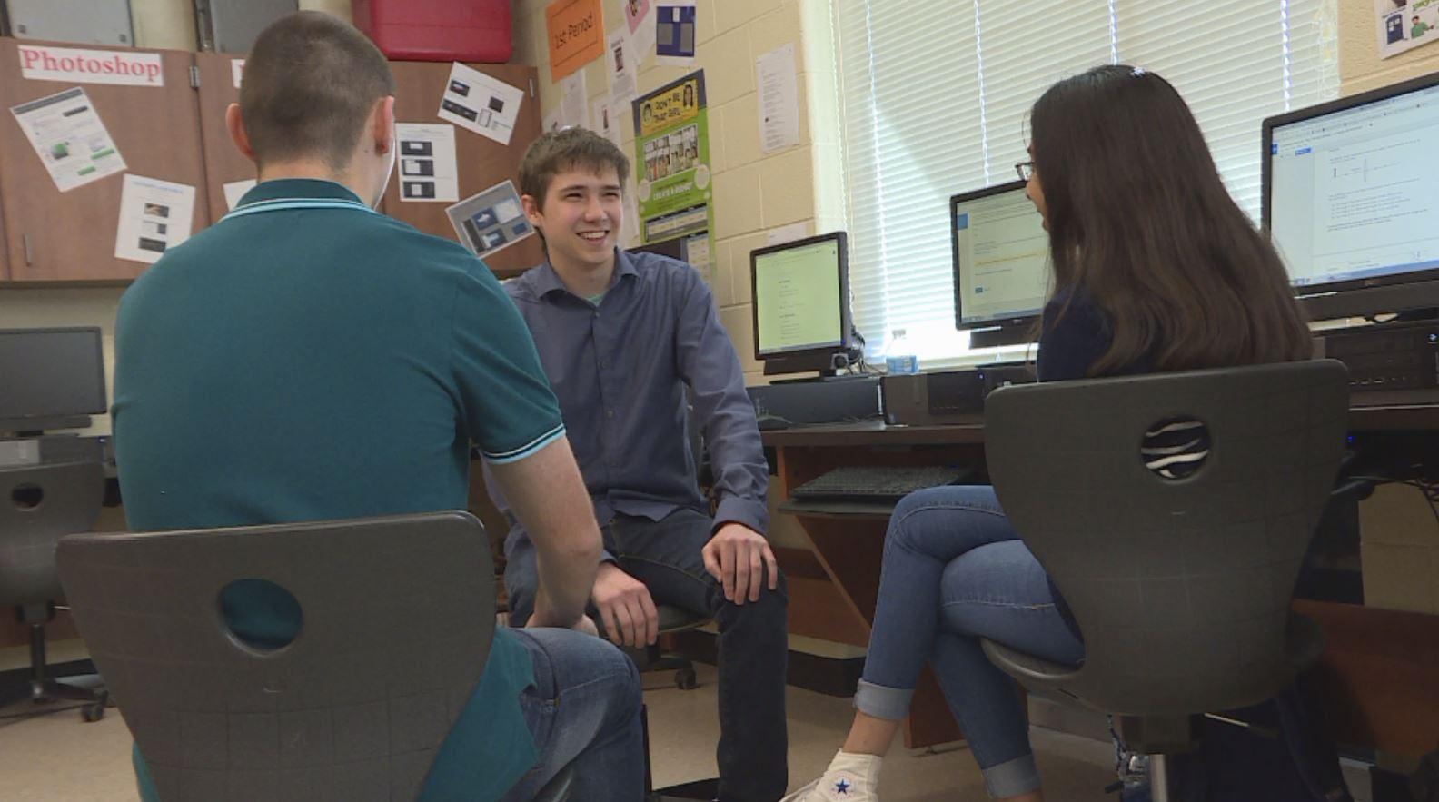 Zachary Handshoe talking with classmates (KXAN photo)_466044