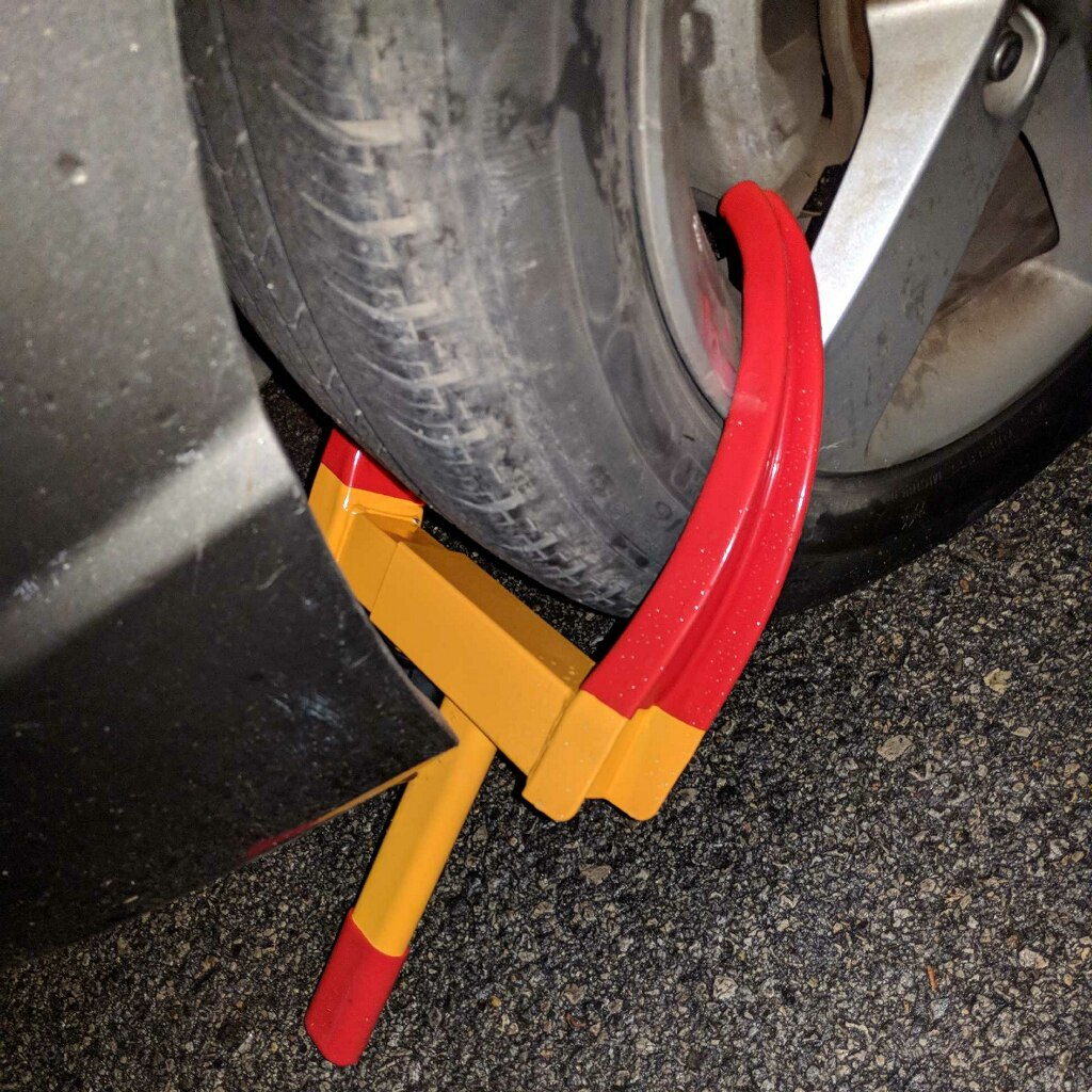A possibly illegal parking boot_634815