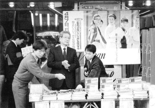 1988(昭63)年 店頭で販売する中村社長
