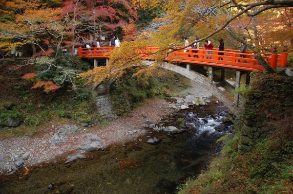 Autumn_Colors_Traditional_Style_Japanese_Bridge_in_Kyoto