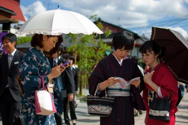 Women_Wear_Beautiful_Kimono_in_Kyoto