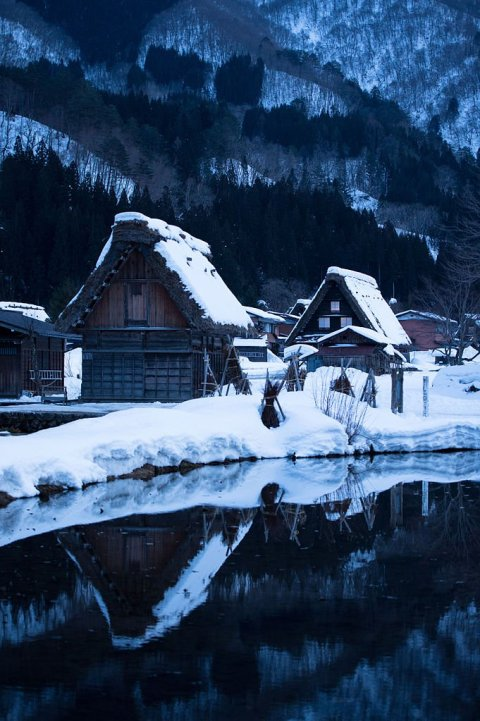 pond_and_farmhouses_in_winter_shirakawago