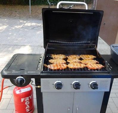 Bernd hat einwandfreie Grillsteaks vom Fleischer besorgt.