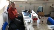 Klaus erkundet unseren neuen Fotodrucker, der beim Adventsmarkt zum Einsatz kommen soll.
