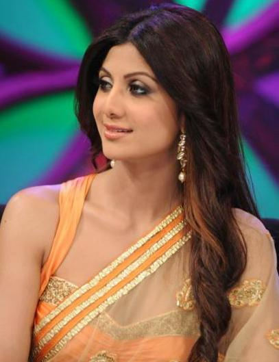 Shilpa Chetty avec un brushing ondulé