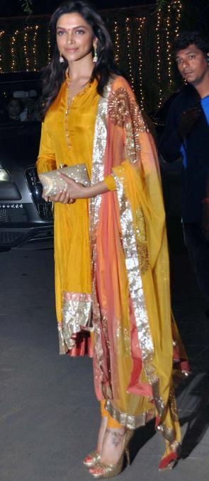 Deepika Padukone porte un Anarkali couleur mangue à l'occasion d'un mariage.