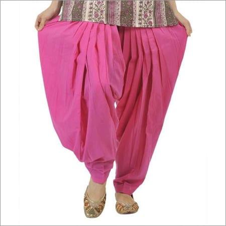Le patiala est un pantalon volumineux avec beaucoup de plis