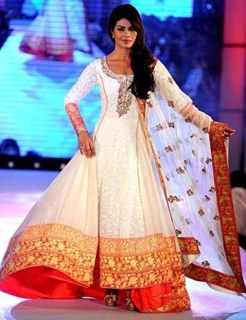 Priyanka Chopra porte un Anarkali du designer indien Manish Malhotra