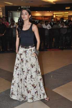 Jupe décontractée et fleurie portée par Anushka Sharma