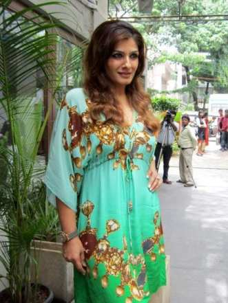 Raveena Tandon porte un Kaftan classique imprimé.