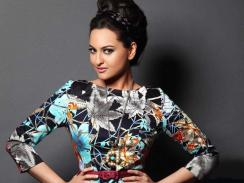 Sonakshi Sinha porte un haut ceinturé et imprimé de fleurs