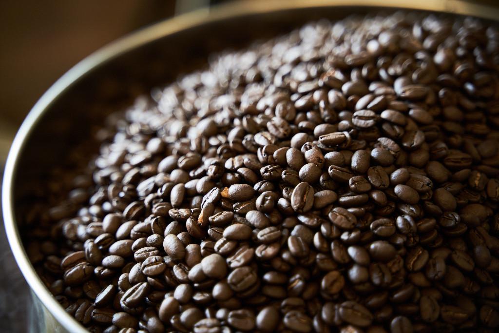 dunkel geröstete Kaffeebohnen im Eimer