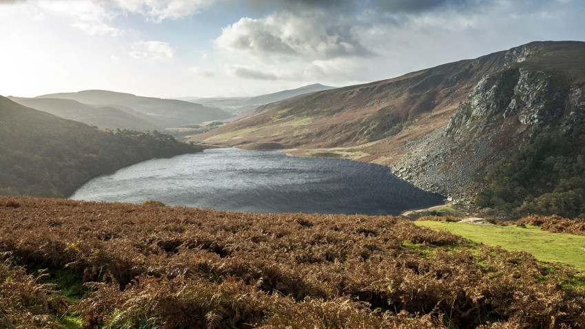 Lough Tay Wicklow Mountains lac vent nuages herbes automne