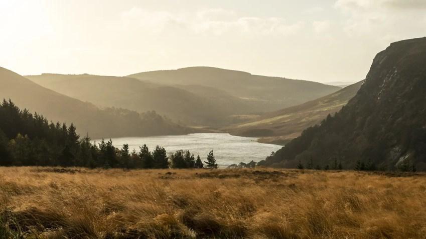 Lough Bray doré lac herbes lumière Wicklow Mountains