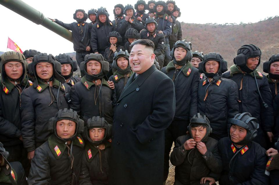 Corea del Nord: parata militare per 70esimo anniversario nascita Forze armate