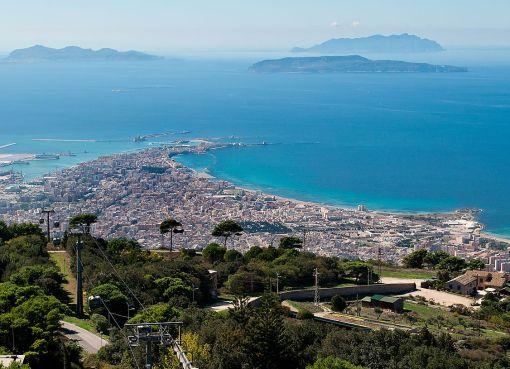 "< img src=""https://www.la-notizia.net/sicilia"" alt=""sicilia"""