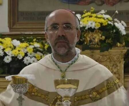 "< img src=""https://www.la-notizia.net/vescovo"" alt=""vescovo"""