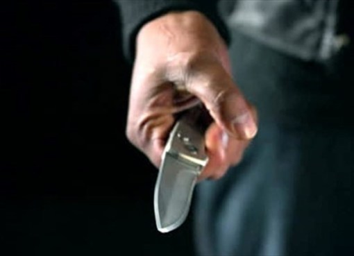 """< img src=""""https://www.la-notizia.net/coltello"""" alt=""""coltello"""""""