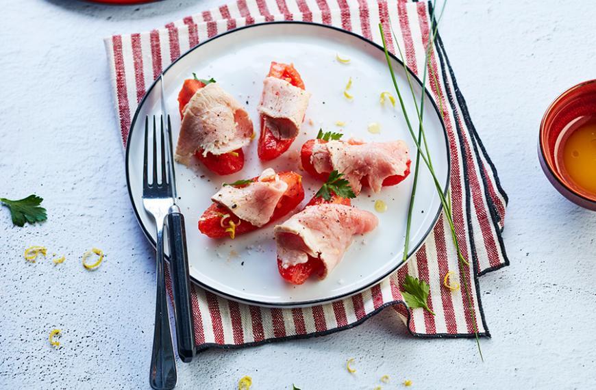 Fines tranches de veau façon Vitello Tonnato et sa salade de tomates cornues des Andes, cébette, huile d'olive et jus de yuzu