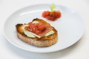 Guayabo Zumos Naturales.- Tostada de paté de alcachofa con jamón y tomate