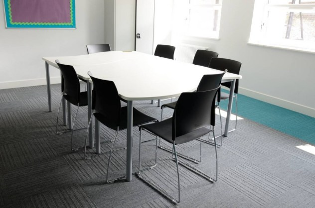 Akatemia_burmatex_lateral-carpet-tiles-portslade-academy-02-1200x795_laattasuora_textiilipalamatto_textiilimatto_palamatto