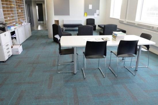 Akatemia_burmatex_zip-carpet-tiles-portslade-academy-13-1200x795_laattasuora_textiilipalamatto_textiilimatto_palamatto