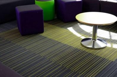 Koulu_opetustilat_burmatex_strands-carpet-tiles-wyggeston-qe-college-leicester-12-1200x795_laattasuora_textiilipalamatto_textiilimatto_palamatto