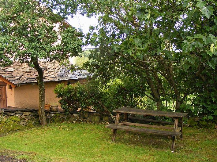 Pequeño huerto-jardín en el exterior de la casa