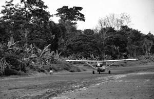 Sobrevolando la amazonia en avioneta.