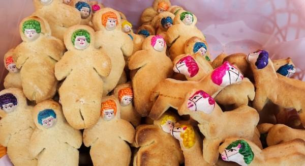 Las Tanta wawas (guagüitas de pan) tienen diferentes formas: representan a niños y niñas, así como a gringuitos que han muerto en Bolivia (los muñecos que tienen pelo amarillo). Hay escaleras (para ayudar a las almas a subir y bajar del cielo) y caballos (que ayudan a las almas a llevar sus cosas hasta el más allá). El uso de las wawas también es educativo: enseñar a los niños a rezar a cambio de un pan dulce que se disuelve en la boca.