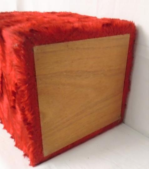pouf coffre pelfran en moumoute de couleur rouge vintage