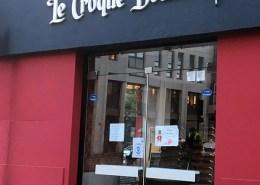 Enseigne éclairée par une rampe lumineuse du restaurant Le Croque Bedaine à Nantes (44)