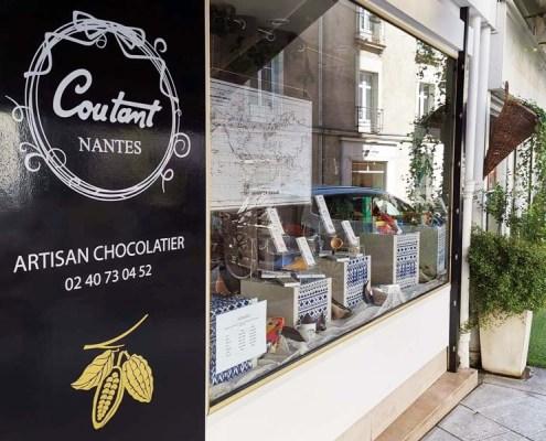 Adhésif en lettres découpées sur vitrine pour le chocolatier Coutant dans le centre-ville de Nantes (44)