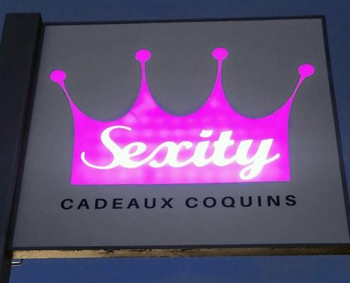 Enseigne drapeau lumineuse pour la boutique Sexity à Orvault (44)