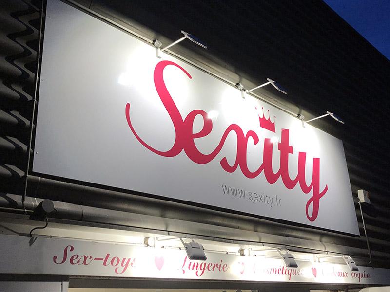 Enseigne panneau dibond éclairé par des spots lumineux pour la boutique Sexity à Orvault (44)
