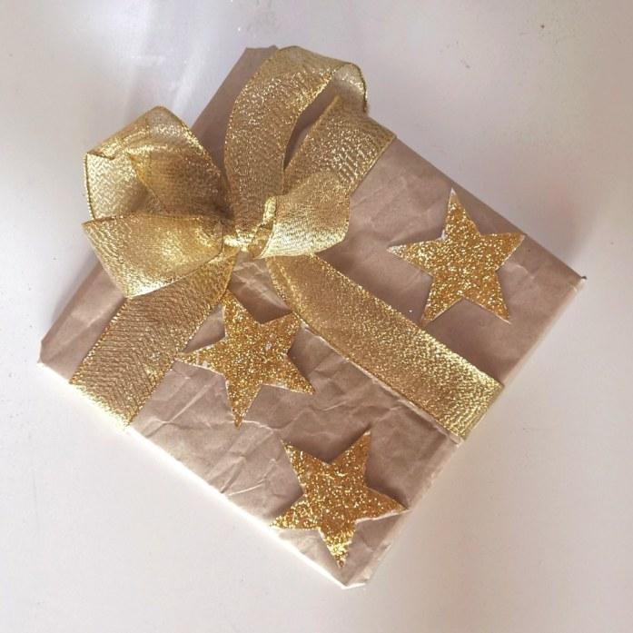 confezione regalo con stelle Twitter oro 3d