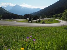 Balades en moto sur des routes sinueuses dans les Alpes francaises